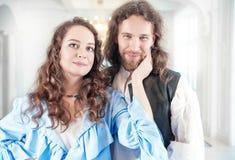 Mujer y hombre apasionados de los pares en ropa medieval Imagenes de archivo