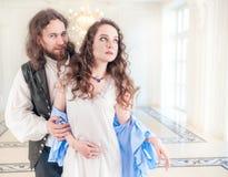 Mujer y hombre apasionados hermosos de los pares en ropa medieval Imagen de archivo libre de regalías