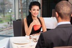 Mujer y hombre atractivos sonrientes que tienen discusión Imagen de archivo libre de regalías