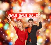 Mujer y hombre con la muestra roja de la venta Foto de archivo