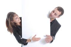 Mujer y hombre de negocios detrás de un espacio del anuncio Imagenes de archivo