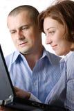 Mujer y hombre de negocios que trabajan junto Foto de archivo libre de regalías