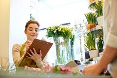 Mujer y hombre del florista que hacen orden en la floristería Imagen de archivo
