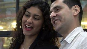 Mujer y hombre emocionados en el autobús metrajes
