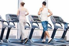 Mujer y hombre en el ejercicio de la gimnasia. Fotografía de archivo