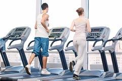 Mujer y hombre en el ejercicio del gimnasio. Imagenes de archivo