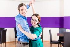 Mujer y hombre en escuela de danza Imagen de archivo libre de regalías