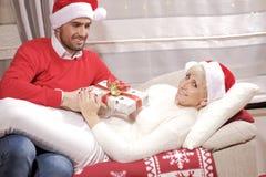 Mujer y hombre en la Navidad Imagen de archivo libre de regalías