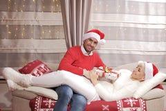 Mujer y hombre en la Navidad Imágenes de archivo libres de regalías