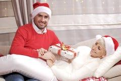 Mujer y hombre en la Navidad Imagenes de archivo