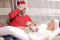 Mujer y hombre en la Navidad Fotografía de archivo libre de regalías