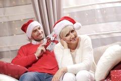 Mujer y hombre en la Navidad Foto de archivo libre de regalías