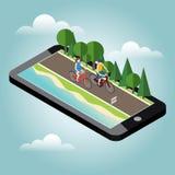 Mujer y hombre en las bicicletas en el camino cerca del seguimiento móvil del geo de la playa y del bosque Fotografía de archivo