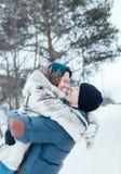Mujer y hombre en paseo del invierno imagenes de archivo
