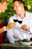 Mujer y hombre en vino de consumición del viñedo Imagen de archivo