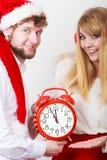 Mujer y hombre felices de los pares con el despertador Imagen de archivo