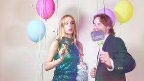 Mujer y hombre felices en amor en cabina de la foto almacen de metraje de vídeo