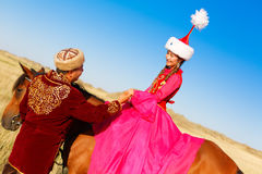 Mujer y hombre hermosos del kazakh en traje nacional Fotos de archivo
