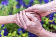 Mujer y hombre que llevan a cabo las manos Fotografía de archivo