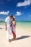 Mujer y hombre que se besan en la playa Imagen de archivo libre de regalías
