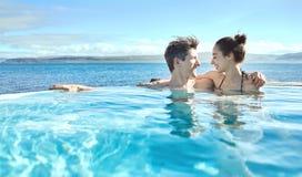 Mujer y hombre que se relajan en piscina afuera Fotos de archivo libres de regalías