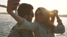 Mujer y hombre románticos en el amor que toma compartiendo la foto almacen de video