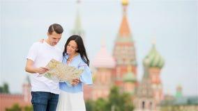 Mujer y hombre urbanos jovenes felices en ciudad europea almacen de video