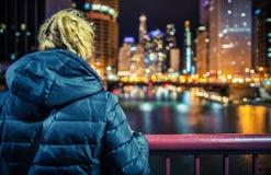 Mujer y las luces de la ciudad imagen de archivo libre de regalías