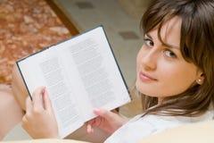 Mujer y libro hermosos Imagen de archivo