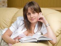 Mujer y libro hermosos Imagen de archivo libre de regalías