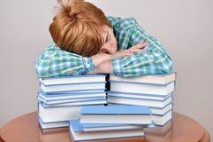 Mujer y libros cansados Fotos de archivo