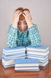 Mujer y libros cansados Imagen de archivo libre de regalías