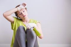 Mujer y limpieza de agotamiento foto de archivo libre de regalías