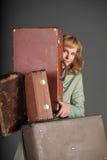 Mujer y maletas viejas Imagen de archivo libre de regalías