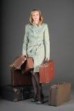 Mujer y maletas viejas Foto de archivo