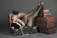 Mujer y maletas viejas Fotos de archivo