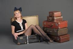 Mujer y maletas viejas Imagenes de archivo