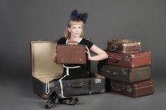 Mujer y maletas viejas Foto de archivo libre de regalías