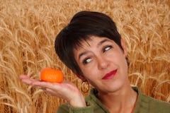 Mujer y mandarina Imagen de archivo libre de regalías