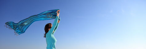 Mujer y mantón en la orilla de mar Fotografía de archivo libre de regalías