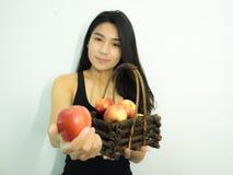 Mujer y manzana asiáticas Imagen de archivo libre de regalías