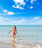 Mujer y mar hermosos Foto de archivo libre de regalías