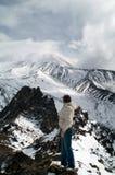 Mujer y montañas Imagen de archivo