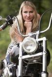 Mujer y moto Fotos de archivo libres de regalías