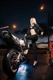 Mujer y motocicleta atractivas jovenes Imagenes de archivo
