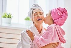 Mujer y muchacha con las toallas en las cabezas Imagen de archivo libre de regalías