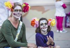 Mujer y muchacha en Dia De Los Muertos Makeup Imágenes de archivo libres de regalías