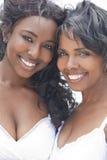 Mujer y muchacha, hija del afroamericano de la madre foto de archivo