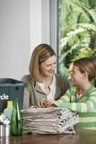 Mujer y muchacha que preparan el papel usado para reciclar Foto de archivo libre de regalías