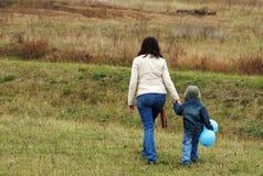 Mujer y muchacho en el prado Fotos de archivo libres de regalías